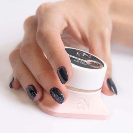 O gel de cor Gellak 323 é muito pigmentado e por isso garante uma cobertura perfeita a todas as unhas de gel. Disponível em mais de 200 cores