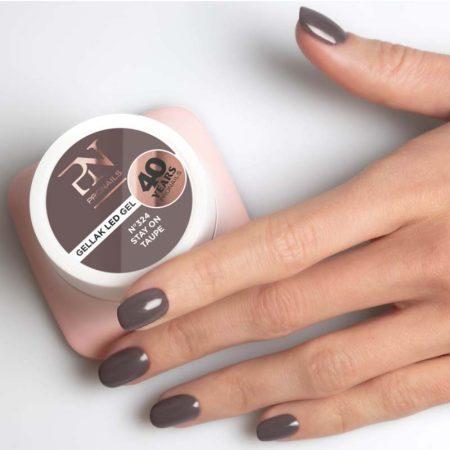 O gel de cor Gellak 324 é muito pigmentado e por isso garante uma cobertura perfeita a todas as unhas de gel. Disponível em mais de 200 cores