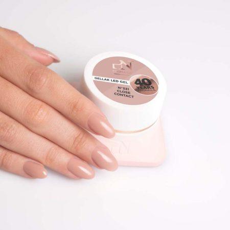 O gel de cor Gellak 331 é muito pigmentado e por isso garante uma cobertura perfeita a todas as unhas de gel. Disponível em mais de 200 cores